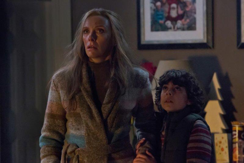 Toni Collette patrzy z niedowierzaniem - recenzja filmu Krampus - Duch Świąt
