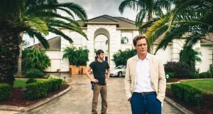 Michael Shannon i Andrew garfield na tle posiadłości w filmie 99 Homes
