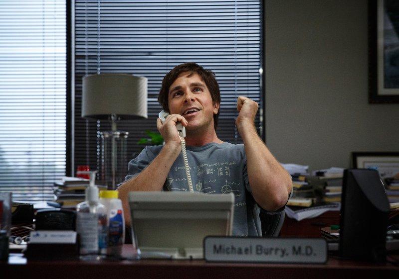 Christian Bale dzwoni przez telefon, recenzja filmu Big Short