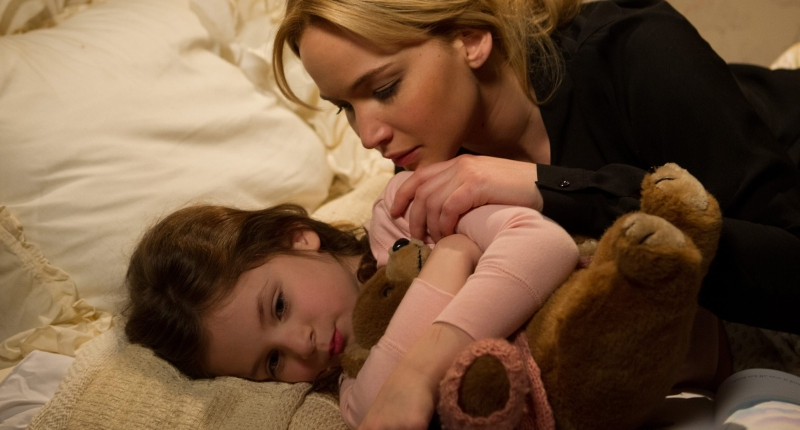 Jennifer Lawrence pociesza dziewczynkę.