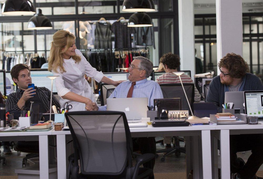 Rene Russo i Robert De Niro w filmie Praktykant