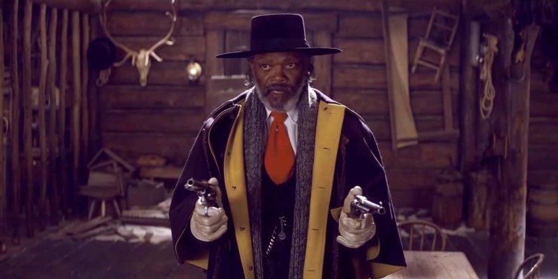 Samuel L. Jackson celuje z rewolwerów w filmie Nienawistna Ósemka.