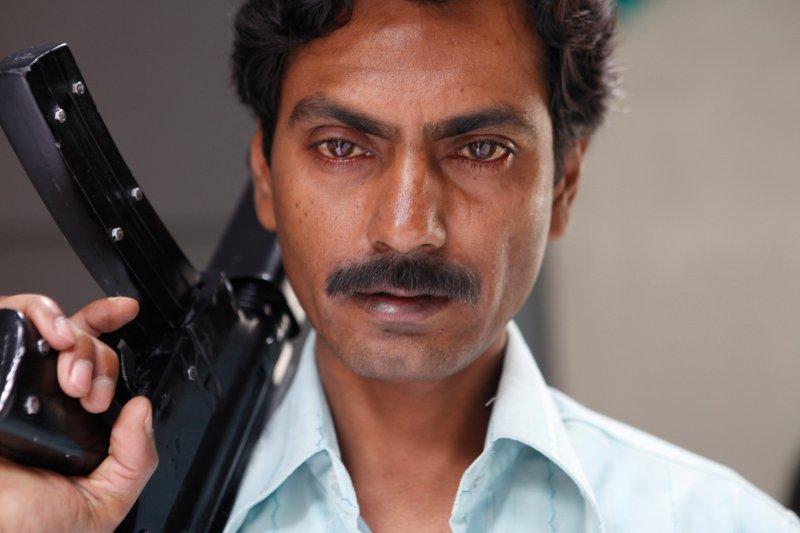 Nawazuddin Siddiqui z karabinem w filmie Gangs of Wasseypur