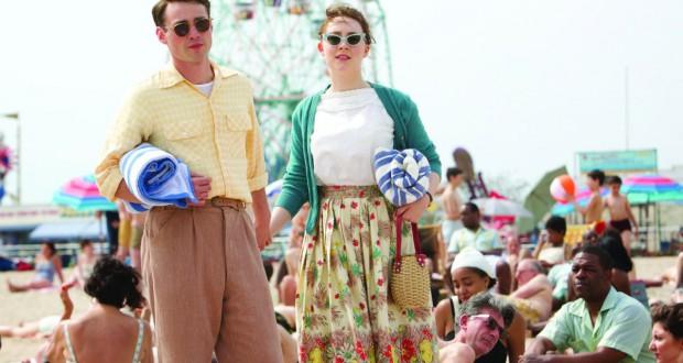 Saoirse Ronan i Emory Cohen w filmie Brooklyn
