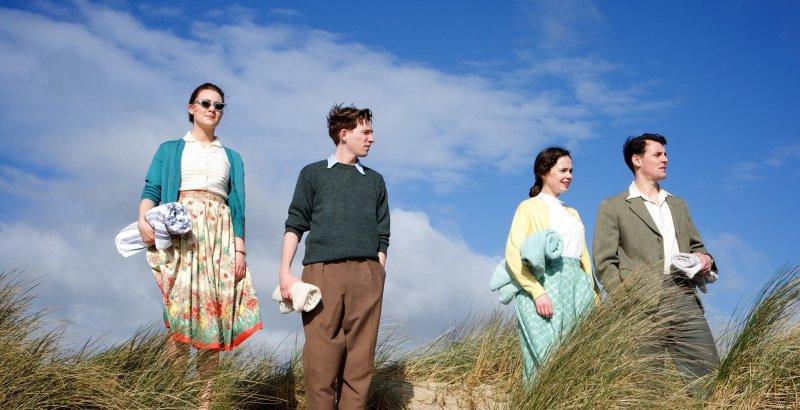 czworo Irlandczyków na irlandzkiej plaży - recenzja filmu Brooklyn