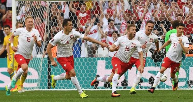 Radość Polaków po zdobyciu bramki w meczu z Ukrainą. EURO Francja 2016.