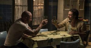 Prison Break 5x07. Sam sobie wymyśli zabawny podpis do tego zdjęcia.