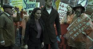 Martha Higareda i Joel Kinnaman w serialu Altered Carbon. Netflix