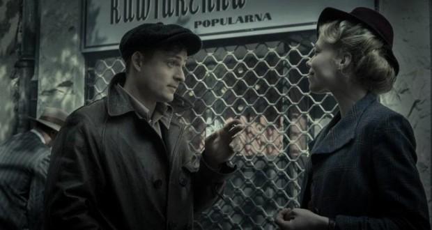 Serialowo, s13e01. Ludzie i Bogowie (2020), reż. Bodo Kox. TVP1.